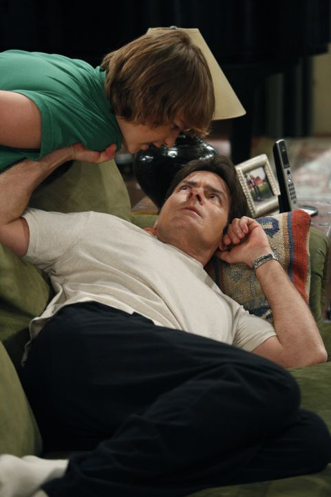 Jake (Angus T. Jones, l.) hat seinen Lernführerschein und braucht nun einen Erwachsenen, um sich hinter das Steuer setzen zu dürfen. Er versucht all... - Bildquelle: Warner Brothers Entertainment Inc.