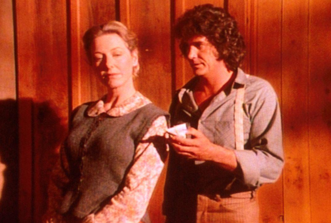 Charles (Michael Landon, r.) hat den Hochzeitstag vergessen. Caroline (Karen Grassle, l.) ist beleidigt und will das nachträgliche Geschenk nicht an... - Bildquelle: Worldvision