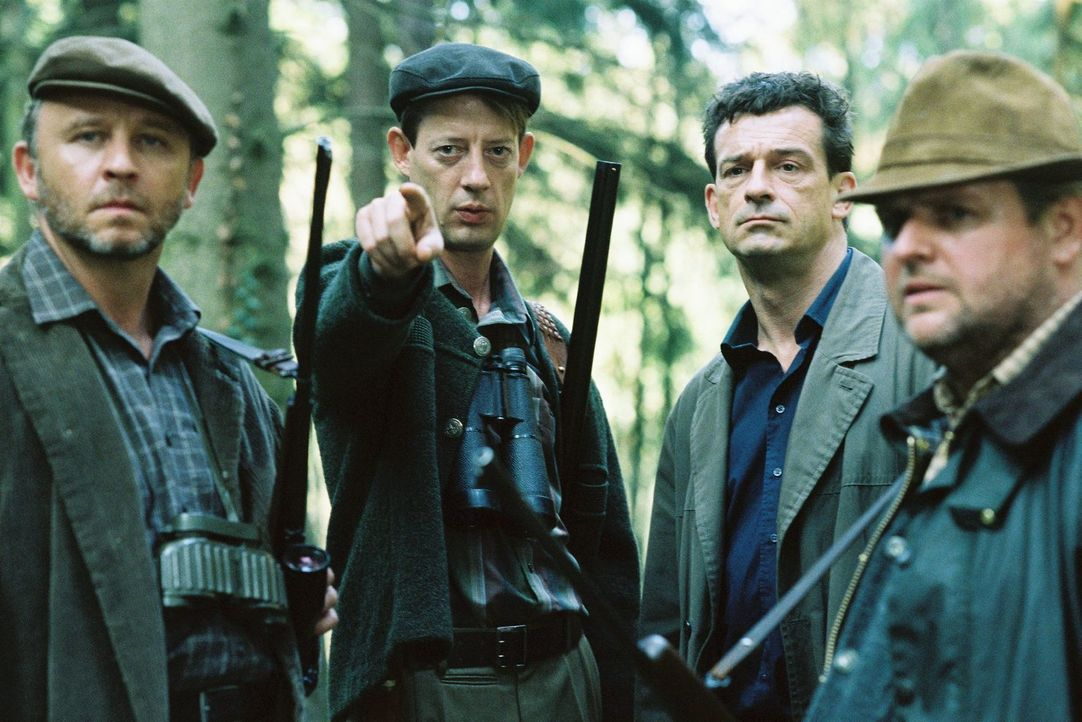Unter Jägern: Steiner (Thomas Sarbacher, 2.v.r.) lässt sich von Frick (Alexander Held, l.), Brunkhorst (Luc Feit, 2.v.l.) und Imbroich (Felix Vörtler, r.) den damaligen Tatort des Doppelmordes zeigen.