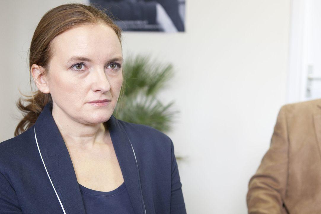 Rektorin Gabriele Krawcyk (Marie Schneider) ist klar, dass sie sich keinen weiteren Fehltritt erlauben darf. - Bildquelle: SAT.1