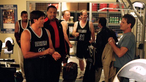 Das große Väter-Söhne-Basketballspiel steht bevor. Lucas spielt mit Dan (Paul...