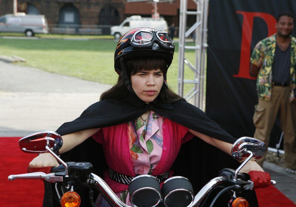 Muss sich auf einem Motorrad beweisen: Betty (America Ferrera) ... - Bildquelle: 2008   ABC Studios