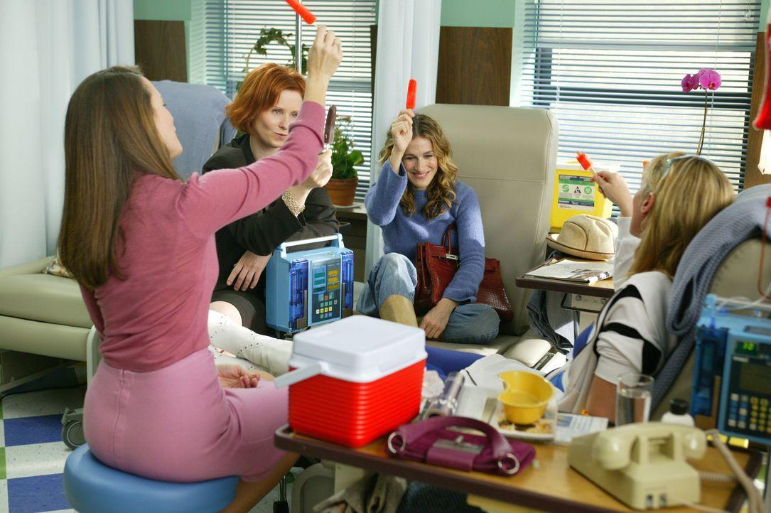 Auf gute Freunde kann man zählen: Als für Samantha (Kim Cattrall, r.) die schreckliche Zeit der Chemotherapie beginnt, stehen Carrie (Sarah Jessic... - Bildquelle: Paramount Pictures
