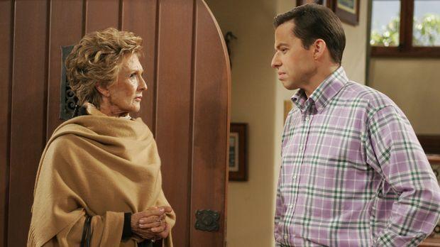 Norma (Cloris Leachman, l.), die schwerreiche, betagte Nachbarin von Charlie...