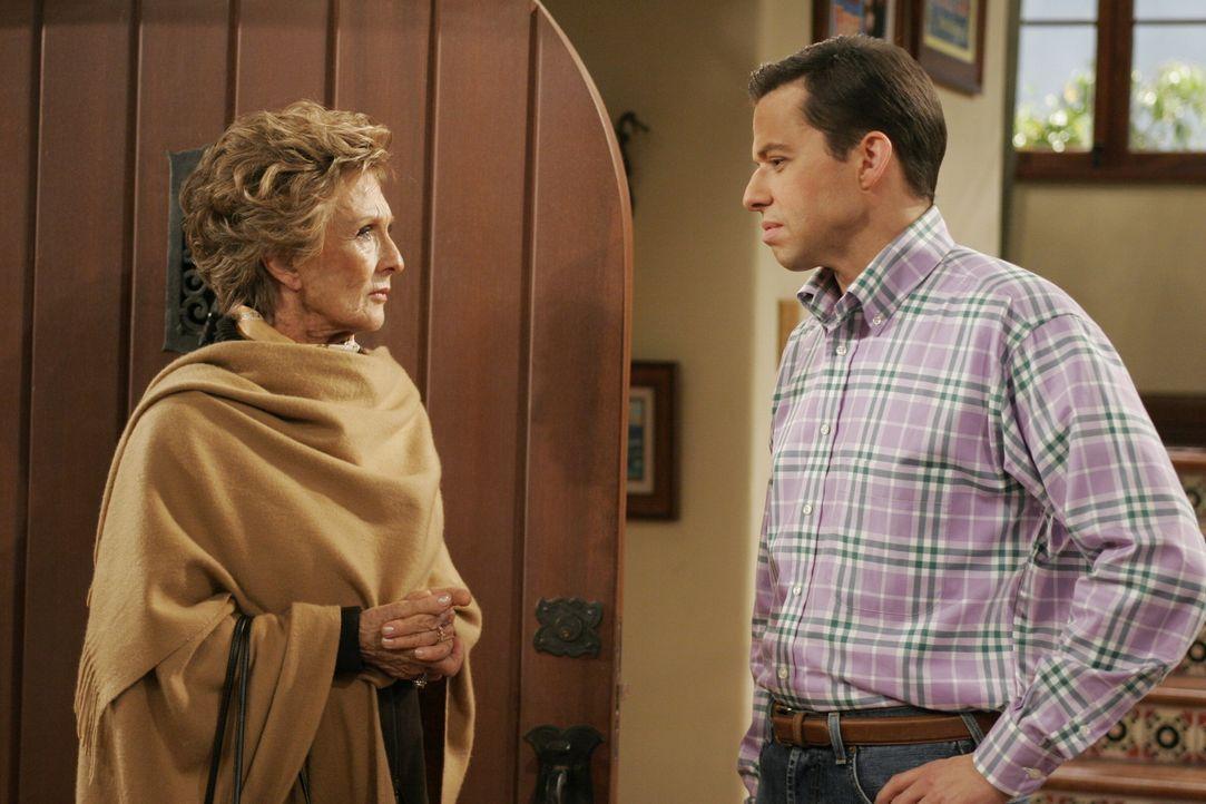 Norma (Cloris Leachman, l.), die schwerreiche, betagte Nachbarin von Charlie und Alan (Jon Cryer, r.), beschwert sich, weil Charlies derzeitige Gesp... - Bildquelle: Warner Brothers Entertainment Inc.