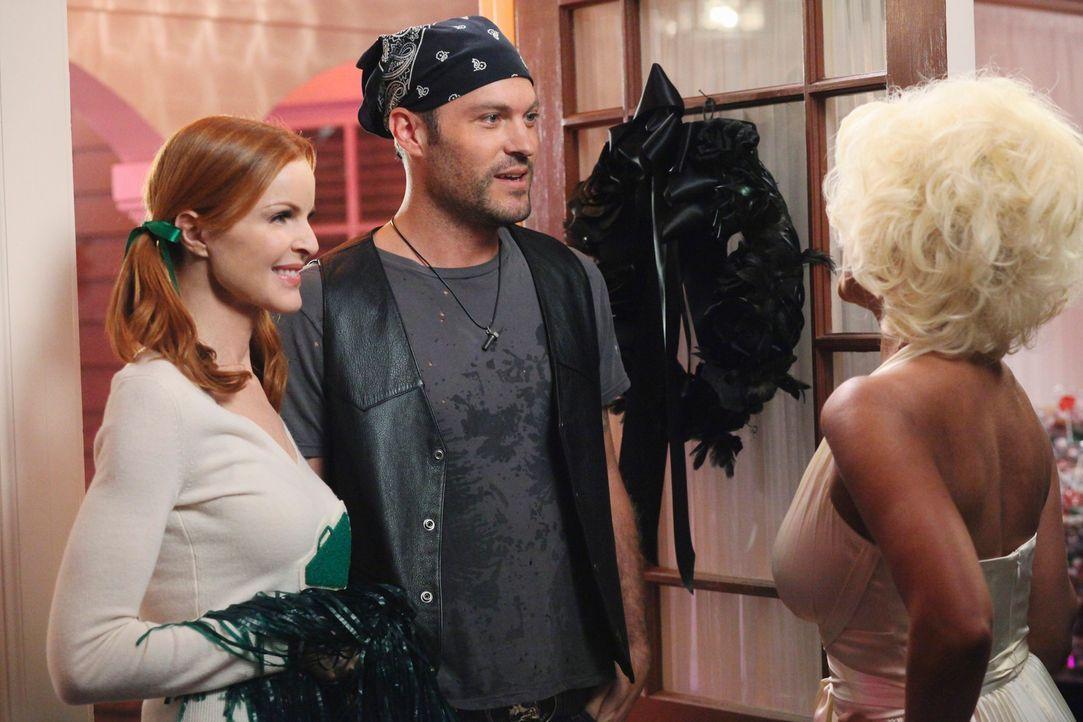 Halloween steht an und Renee (Vanessa Williams, r.) lädt Bree (Marcia Cross, M.), Keith (Brian Austin Green, l.) und die restliche Nachbarschaft zu... - Bildquelle: ABC Studios