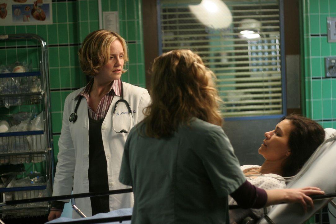 Nach ihrem Ohnmachtsanfall verweigert Elena (Yolanda Lloyd Delgado, r.) jede Behandlung, doch Sam (Linda Cardellini, l.) und Neela (Parminder Nagra,... - Bildquelle: WARNER BROS
