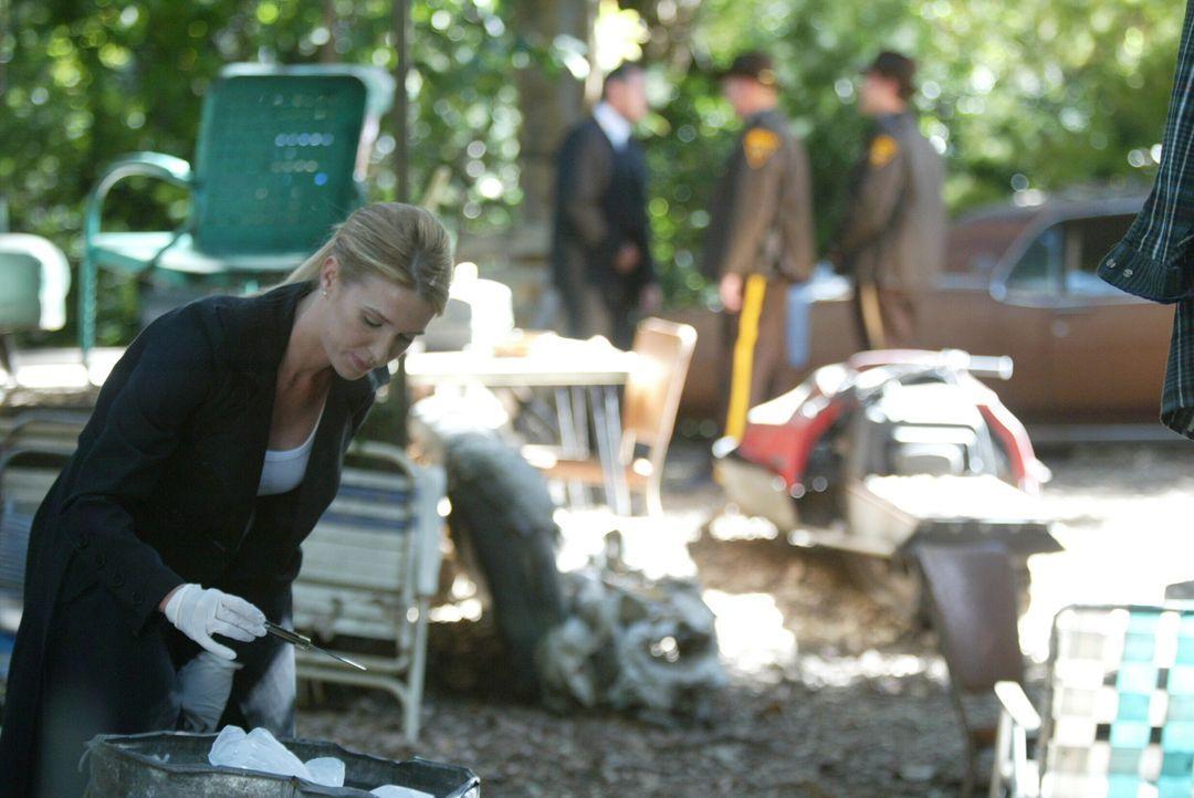Dem Täter auf der Spur: Samantha Spade (Poppy Montgomery, l.) untersucht jeden noch so kleinen Hinweis ... - Bildquelle: Warner Bros. Entertainment Inc.