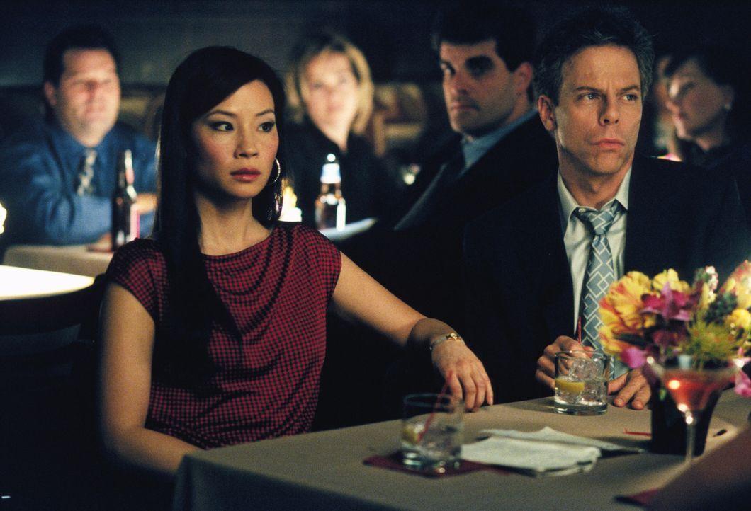 In der Bar beobachten Ling (Lucy Liu, l.) und Richard (Greg Germann, r.) argwöhnisch den Auftritt eines neuen Pärchens ... - Bildquelle: 2001 Twentieth Century Fox Film Corporation. All rights reserved.
