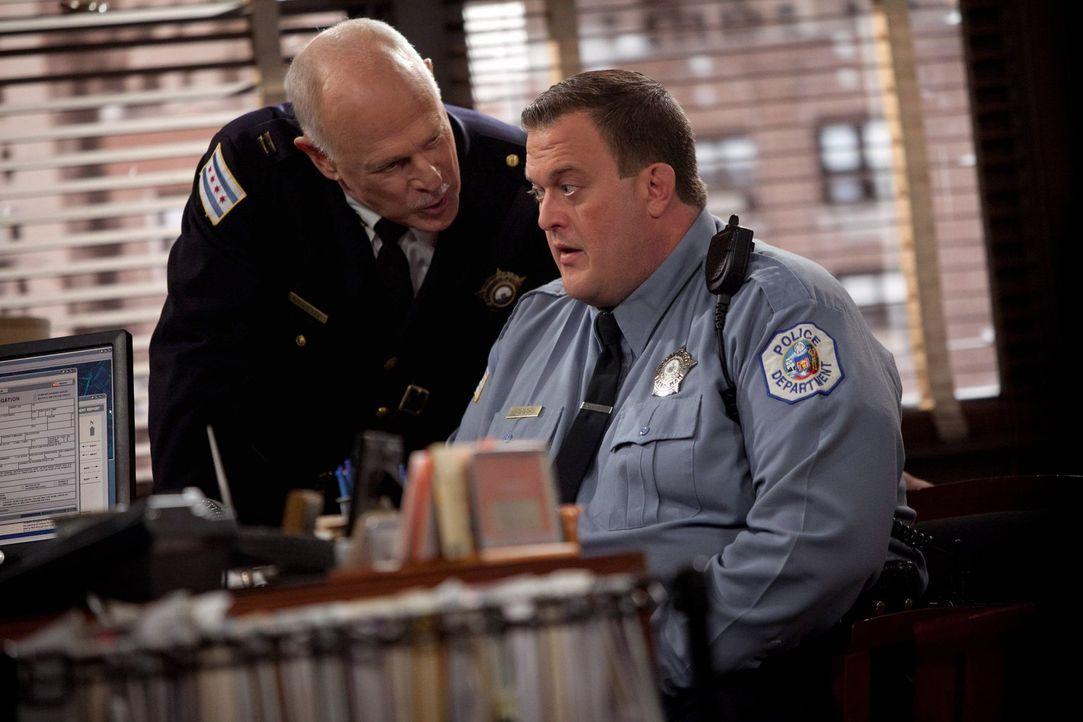 Mikes (Billy Gardell, r.) Boss (Gerald McRaney, l.) spornt ihn an, die Prüfung zum Detective abzulegen, um mehr Geld für seine Familie zu verdienen.... - Bildquelle: Warner Brothers