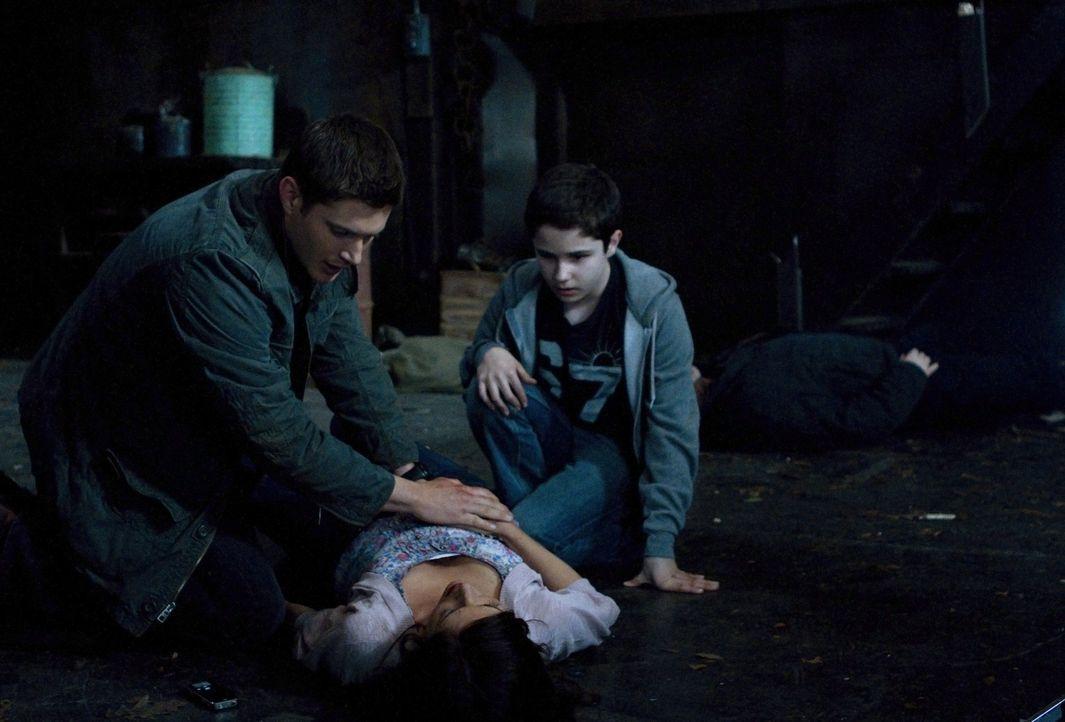 Wird Lisa (Cindy Sampson, M.) vor den Augen von Dean (Jensen Ackles, l.) und Ben (Nicholas Elia, r.) sterben? - Bildquelle: Warner Bros. Television