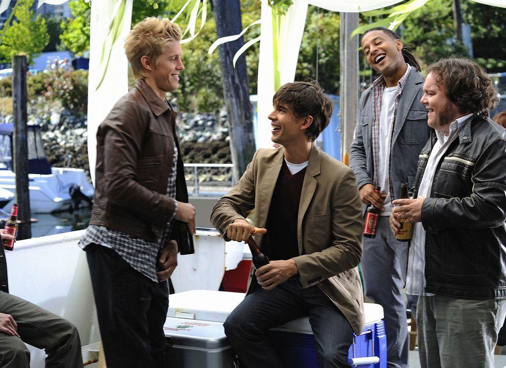 Ein Wiedersehen mit Folgen: Henry (Christopher Gorham, 2.v.l.) und seine Kumpels (v.l.n.r.: Matt Barr, Brandon Jay McLaren, Chris Gauthier) feiern e... - Bildquelle: 2009 CBS Studios Inc. All Rights Reserved.