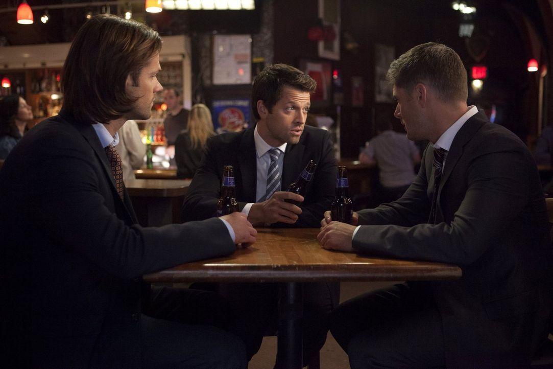 Während sich Sam (Jared Padalecki, l.) und Castiel (Misha Collins, M.) auf die unerwartete Zusammenarbeit freuen, lässt sich Dean (Jensen Ackles, r.... - Bildquelle: 2013 Warner Brothers