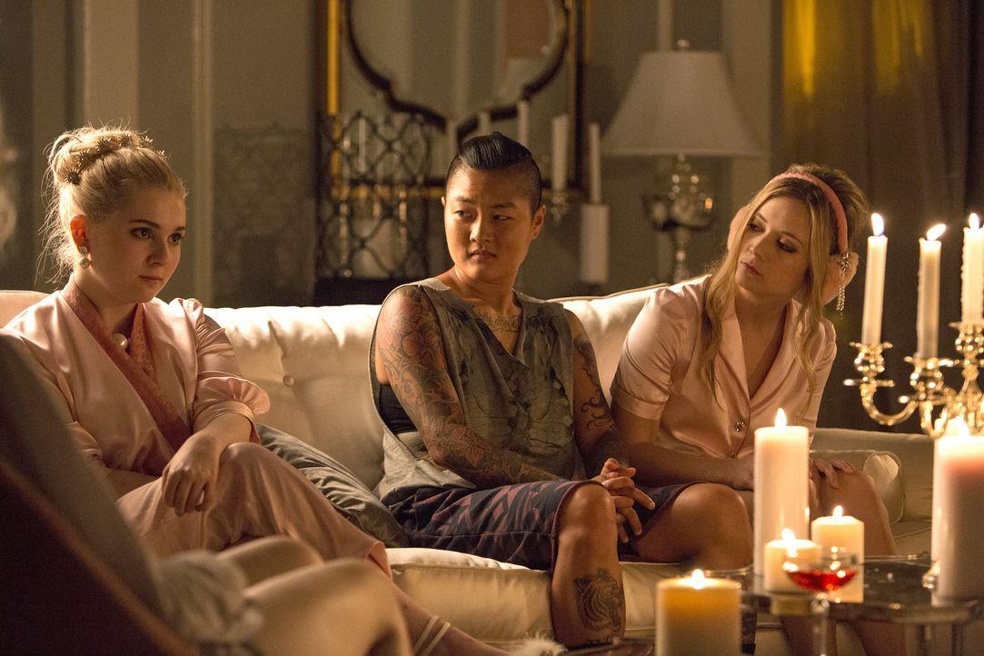 Noch ahnen Chanel #5 (Abigail Breslin, l.), Sam (Jeanna Han, M.) und Chanel #3 (Billie Lourd, r.) nicht, dass ihre Pyjamaparty anders enden wird, al... - Bildquelle: 2015 Fox and its related entities.  All rights reserved.