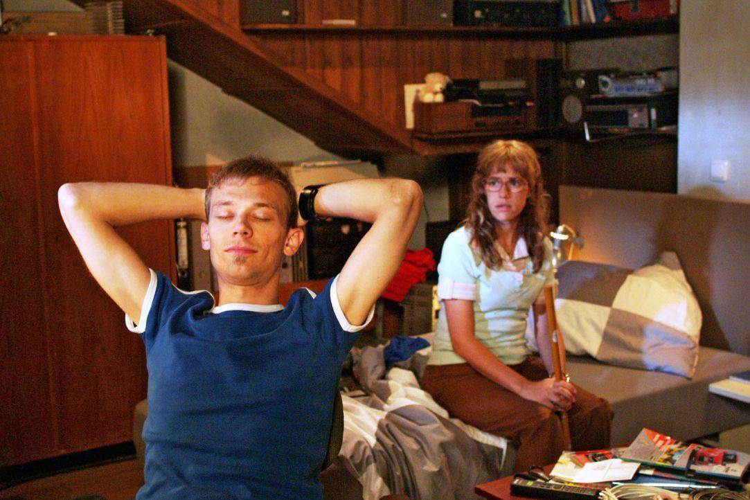 Als Lisa (Alexandra Neldel, r.) nach dem Spiel zu Jürgen (Oliver Bokern, l.) nach Hause mitkommt, ist die Stimmung zwischen ihnen immer noch gespan... - Bildquelle: Monika Schürle Sat.1