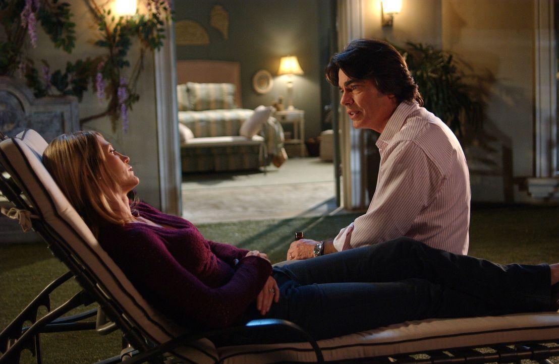 Sandy (Peter Gallagher, r.) muss zugeben, dass er ihren 20. Hochzeitstag vergessen hat. Kirsten (Kelly Rowan, l.) ist enttäuscht ... - Bildquelle: Warner Bros. Television