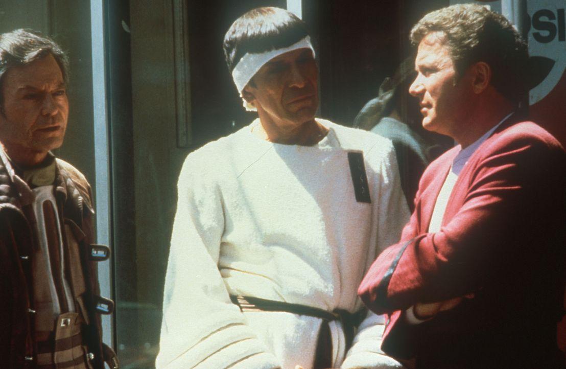 Dr. McCoy (DeForest Kelley, l.) Mr. Spock (Leonard Nimoy, M.) und Kirk (William Shatner, r.) im San Francisco der Gegenwart ... - Bildquelle: Paramount Pictures