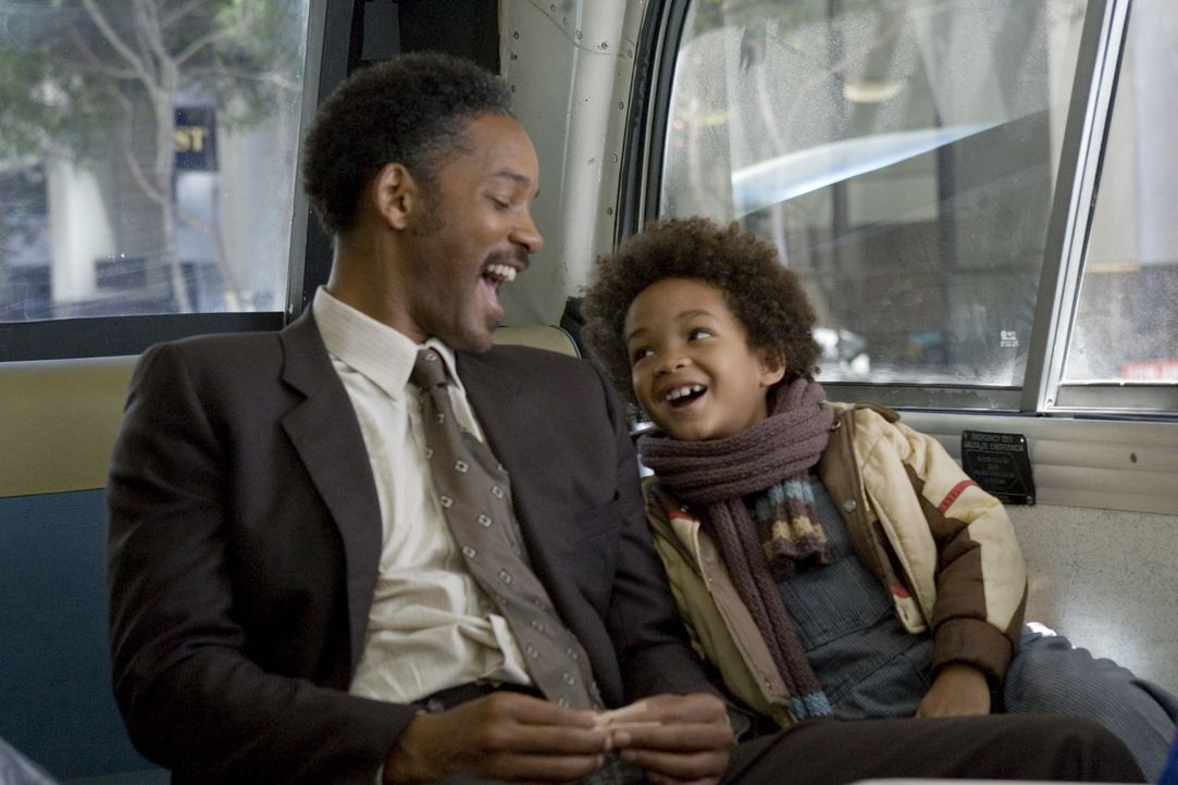 Vom Schicksal gebeutelt: Trotzdem lassen sich Chris Gardner (Will Smith, l.) und sein Sohn Christopher (Jaden Smith, r.) nicht den Spaß am Leben ver... - Bildquelle: METRO-GOLDWYN-MAYER STUDIOS INC. All Rights Reserved.