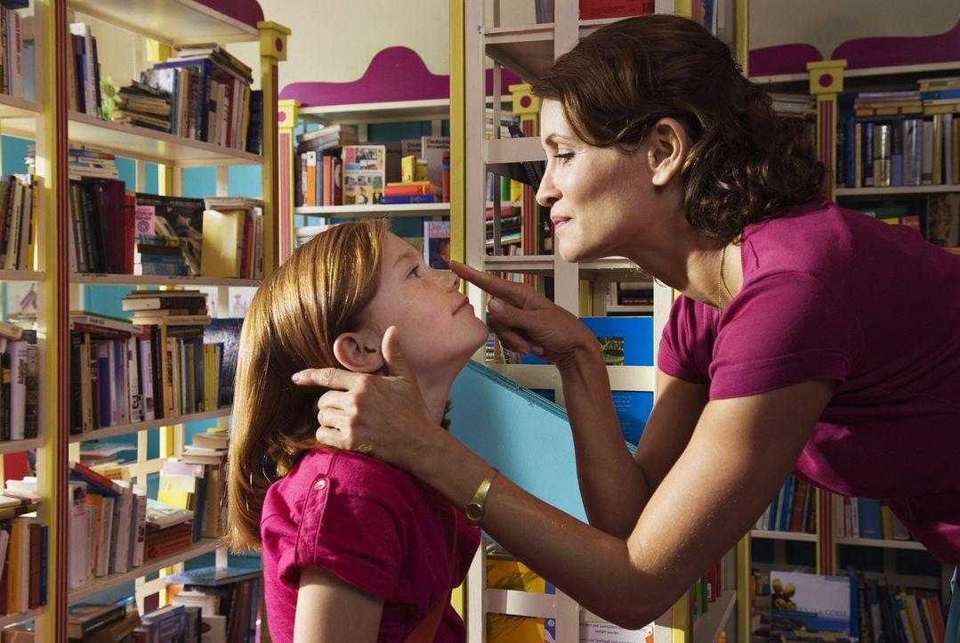 Eigentlich ist Lilli (Alina Freund, l.) ein ganz normales Mädchen, das mit seiner Mutter (Anja Kling, r.) und dem kleinen Bruder ein typisches Klei... - Bildquelle: Marco Nagel Disney