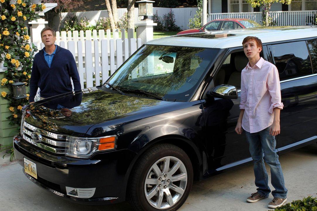 Während Tom (Doug Savant, l.) mit Parker (Joshua Moore, r.) unterwegs ist, werden sie von Lynette um Hilfe gebeten. Doch als sie Zuhause ankommen, h... - Bildquelle: ABC Studios