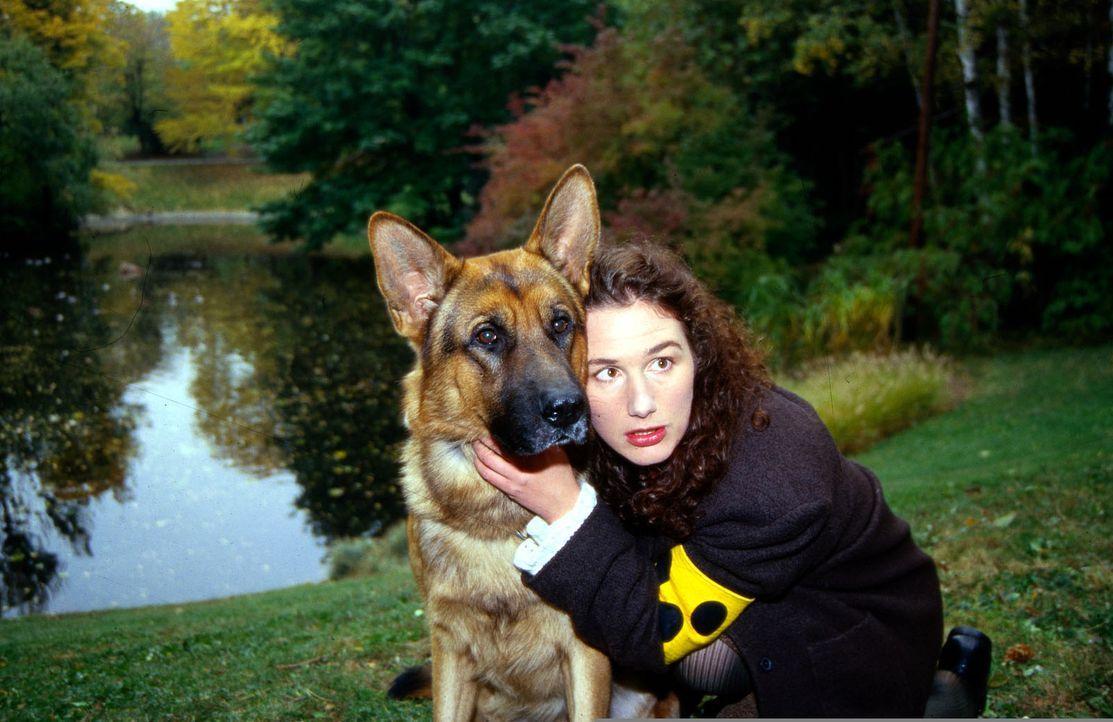 Die blinde Telefonistin Brigitte Heinrich (Maria von Blumencron, r.) schwebt in Lebensgefahr. Rex gibt sein Bestes, um sie zu beschützen ... - Bildquelle: Ali Schafler Sat.1