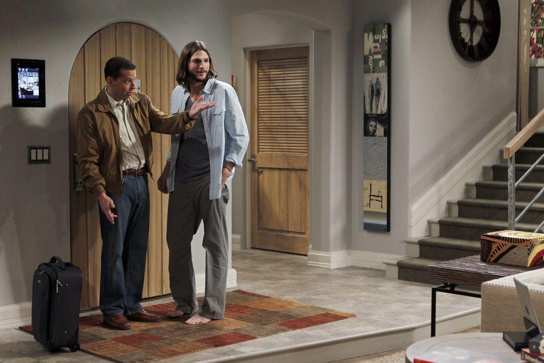 Als Alan (Jon Cryer, l.) aus der Nervenklinik entlassen wird, hat Walden (Ashton Kutcher, r.) eine ganz besondere Überraschung für ihn ... - Bildquelle: Warner Brothers Entertainment Inc.
