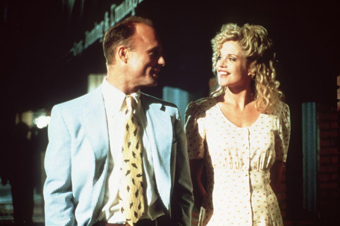 Als Tom (Ed Harris, l.) und V (Melanie Griffith, r.) miteinander ausgehen, glaubt Frank, er hätte sein Ziel erreicht ... - Bildquelle: Paramount Pictures