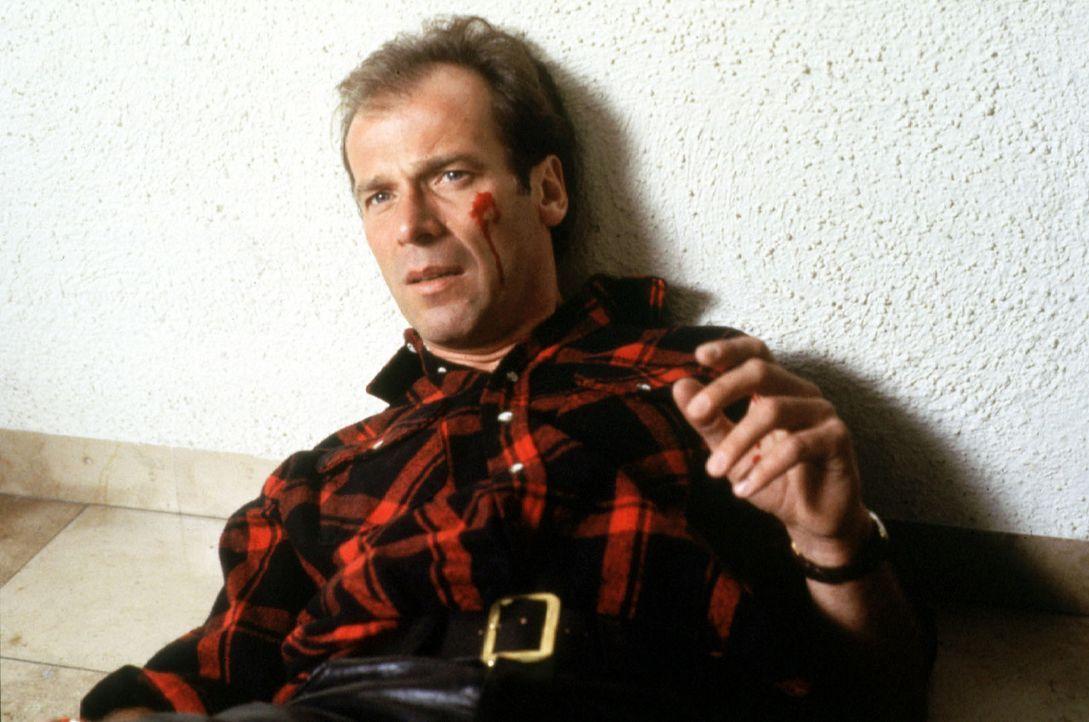 Valentin (Wolfgang Fierek) kann es nicht fassen: Da hat ihm doch Bernie absichtlich die Haustür an den Kopf geknallt, weil er dachte, dass Valentin sich wieder ernsthaft mit Heidi eingelassen hätte. Dabei wäre es im Moment viel wichtiger, sich um das Problem mit dem anstehenden Verkauf des Mohnbachtals zu kümmern ...