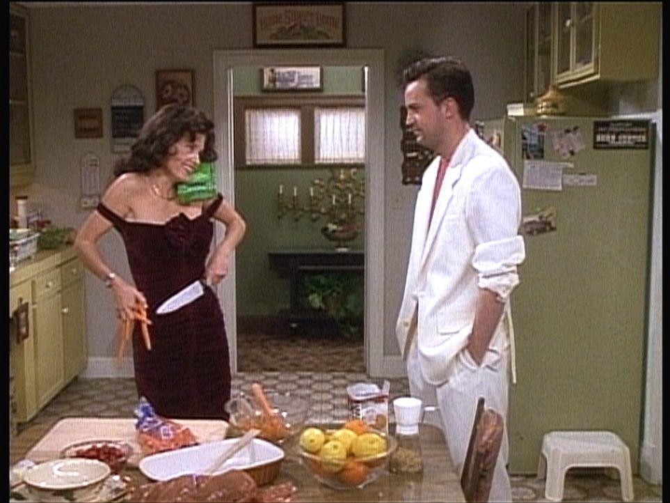 Seit Monica (Courteney Cox, l.) abgenommen hat, findet Chandler (Matthew Perry, r.) sie gar nicht mehr so unattraktiv ... - Bildquelle: TM+  2000 WARNER BROS.