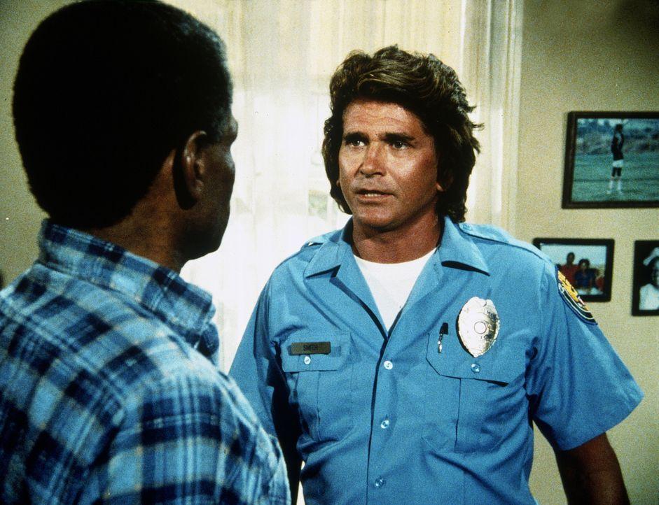 Jonathan (Michael Landon, r.) besucht den Vater (Wally Taylor, l.) eines jugendlichen Einbrechers, der von einem Polizisten erschossen wurde. - Bildquelle: Worldvision Enterprises, Inc.