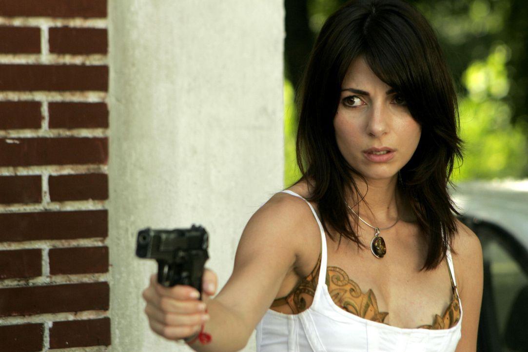 Die hübsche Nadia (Silvia Colloca) kann sich nirgendwo mehr sicher fühlen. Denn sie wird von üblen Schurken gejagt ... - Bildquelle: 2005 Micro-Fusion 2004-14 LLP. All Rights Reserved.