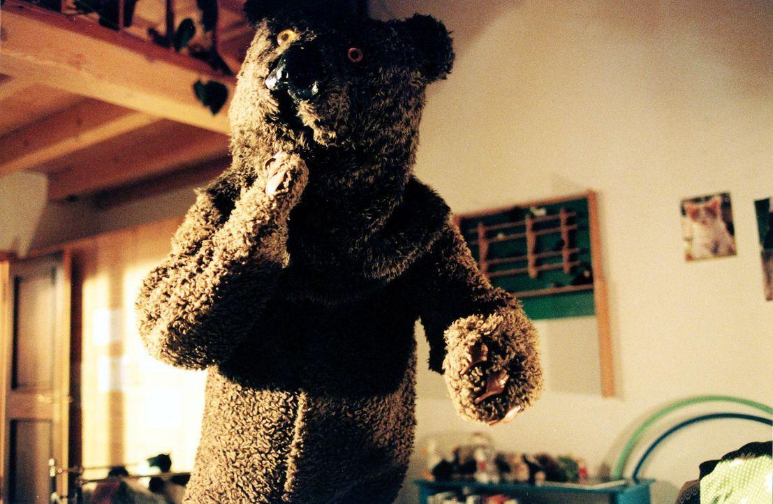 In Jennys Alpträumen taucht immer wieder ein Bär auf, der sich ihr nähert ... - Bildquelle: Sat.1
