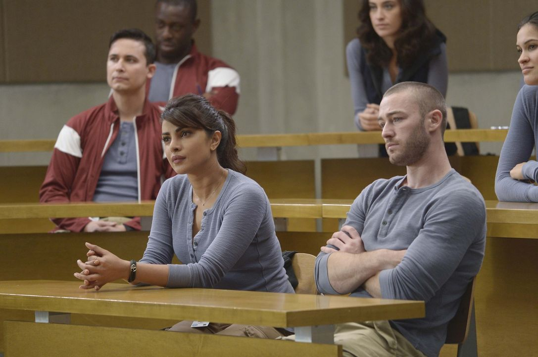 In Quantico müssen Ryan (Jake McLaughlin, vorne r.) und Alex (Priyanka Chopra, vorne l.) eine neue Aufgabe lösen. Dr. Susan Langdon ist gespannt, we... - Bildquelle: Philippe Bosse 2015 ABC Studios