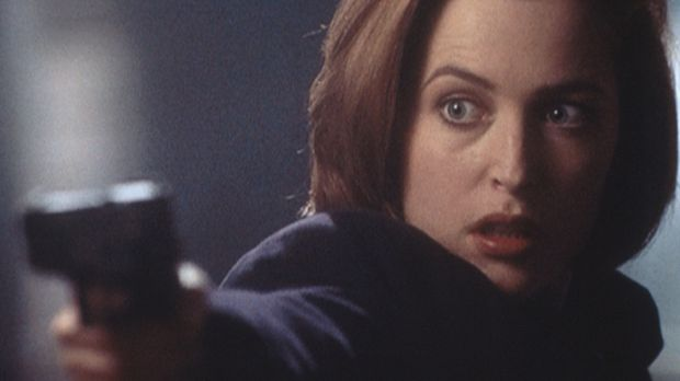 Dana Scully (Gillian Anderson) gerät in eine Schießerei, bei der ihr Kollege...