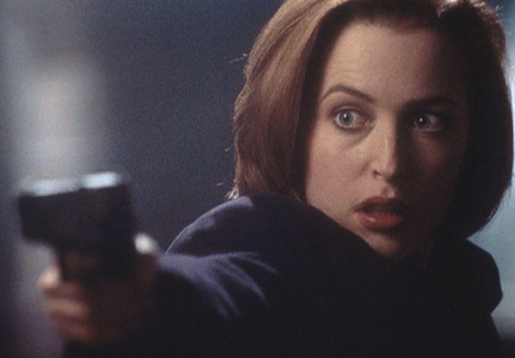 Dana Scully (Gillian Anderson) gerät in eine Schießerei, bei der ihr Kollege Pendrell ums Leben kommt. - Bildquelle: TM +   2000 Twentieth Century Fox Film Corporation. All Rights Reserved.