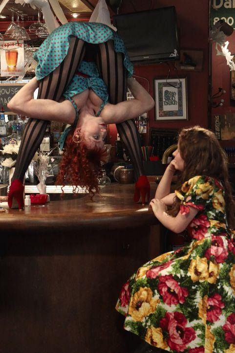 Ausgerechnet in der Schlangenfrau Teresa (Bonnie Morgan, l.) findet Debbie (Emma Kenney, r.) eine Gesprächspartnerin ... - Bildquelle: 2010 Warner Brothers