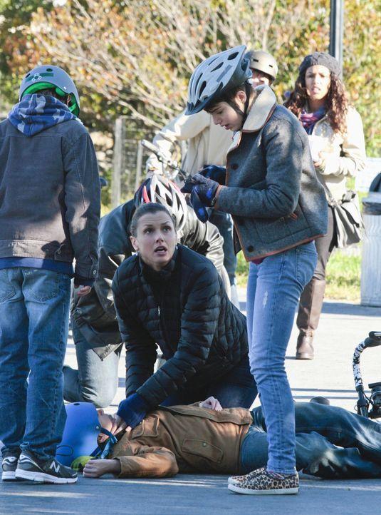 Schock: Sean (Andrew Terraciano, liegend) hatte einen Fahrradunfall. Während Erin (Bridget Moynahan, knieend) checkt, ob er noch lebt, ruft Tochter... - Bildquelle: Giovanni Rufino 2012 CBS Broadcasting Inc. All Rights Reserved.