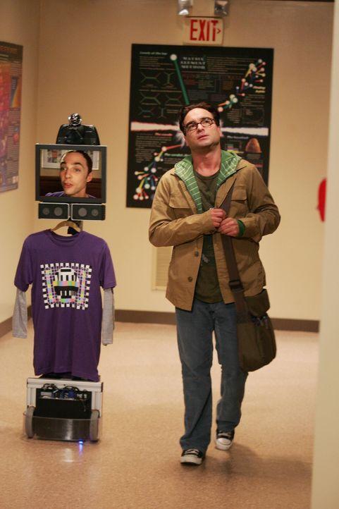 Sheldon (Jim Parsons, l.) hat ein mobiles Gerät entworfen, mit dem er per Kamera, Mikro und Lautsprecher über einen Monitor mit den anderen kommun... - Bildquelle: Warner Bros. Television