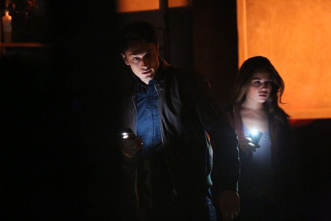 Können Aiden (Colin Woodell, l.) und Davina (Danielle Campbell, r.) Josh und Marcel retten? - Bildquelle: Warner Bros. Television