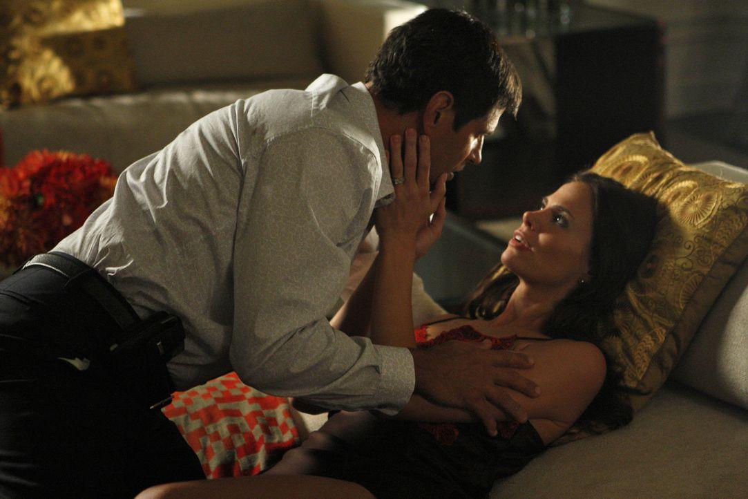 Michael (Thomas Calabro, l.) hat zwei Gesichter - zu seiner Frau Vanessa (Brooke Burns, r.) ist er liebenswürdig, betrügt sie aber regelmäßig... - Bildquelle: 2009 The CW Network, LLC. All rights reserved.