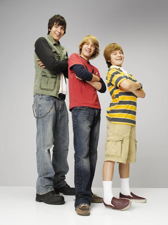 Mit Hilfe einer Zeitmaschine reisen Virgil (Jason Dolley, m.), Charlie (Luke Benward, r.) und Zeke (Nicholas Braun, l.) in die Vergangenheit. Dort b... - Bildquelle: 2007 Disney Channel