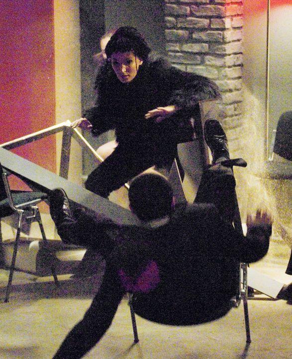 Alien Queen (Ileana Lazariuc, oben) schlägt sich durch! - Bildquelle: Sony Pictures Home Entertainment