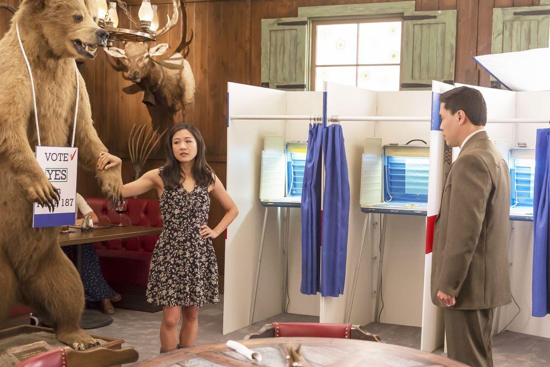 Während sich Louis (Randall Park, r.) und seine Mitarbeiter auf ihr Wahllokaldasein vorbereiten, verdächtigt Jessica (Constance Wu, l.) einen Angest... - Bildquelle: 2016-2017 American Broadcasting Companies. All rights reserved.