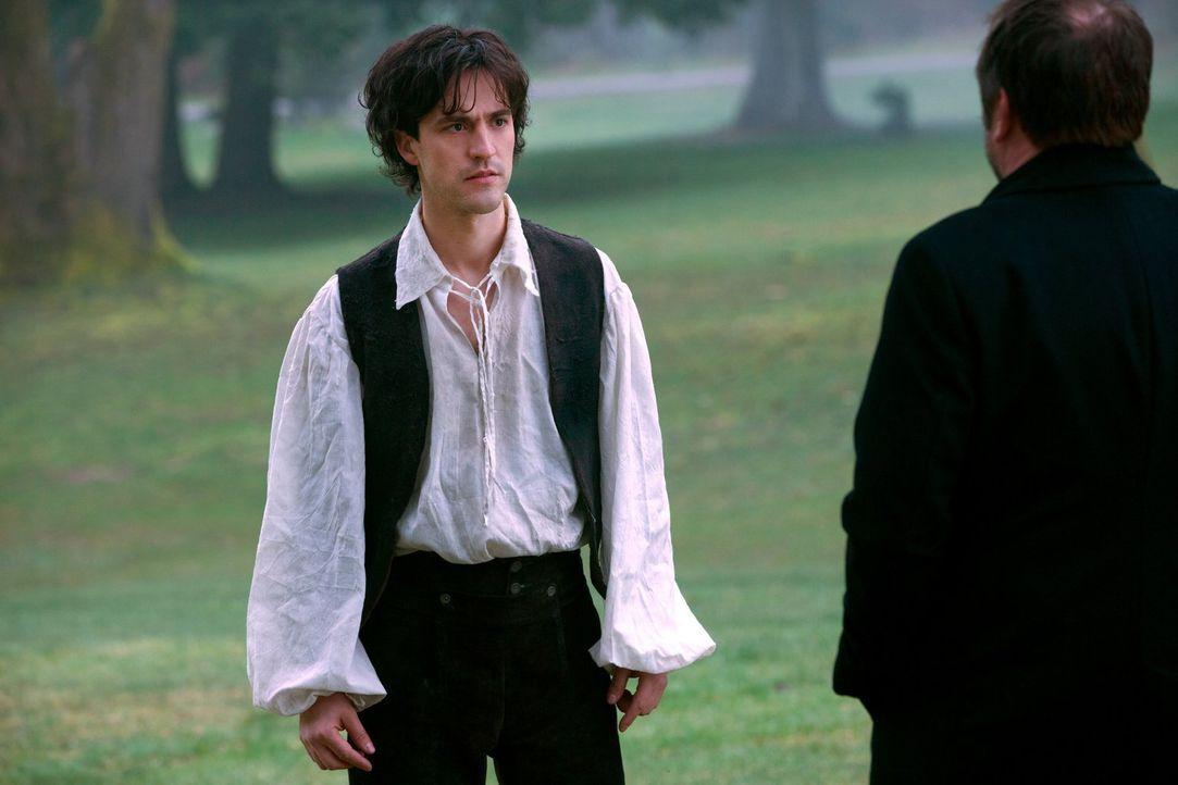 In welcher Verbindung stehen Gavin MacLeod (Theo Devaney, l.) und Crowley (Mark Sheppard, r.) zueinander? - Bildquelle: 2013 Warner Brothers