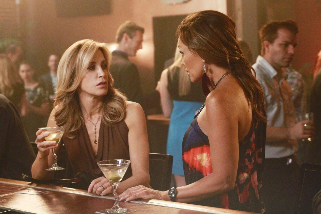 Testen ihren Marktwert in einer Bar: Lynette (Felicity Huffman, l.) und Renee (Vanessa Williams, r.) ... - Bildquelle: ABC Studios
