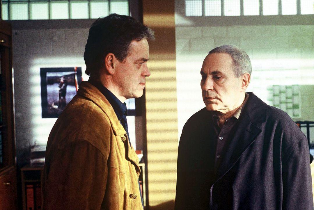 Karl Gebeler (Peter Fitz, r.) stellt sich der Polizei und Kommissar Wolff (Jürgen Heinrich, l.), weil er glaubt, seinen Bruder Albrecht ermordet zu... - Bildquelle: Alfred Raschke Sat.1