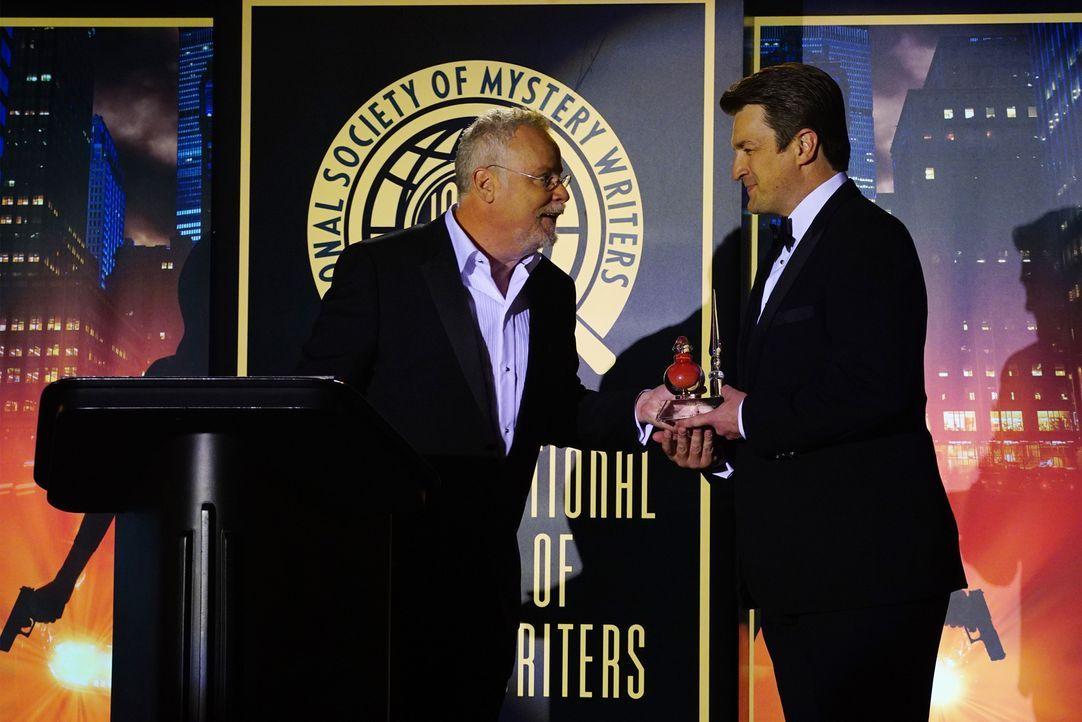 Eine besondere Ehre: Castle (Nathan Fillion,r .) wird von Michael Connelly (Michael Connelly, l.) ein Literaturpreis verliehen ... - Bildquelle: Richard Cartwright ABC Studios