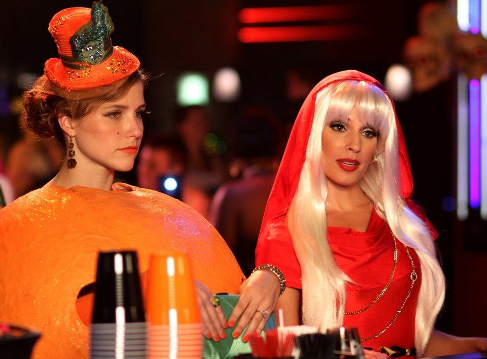 Die Halloweennacht wird für Brooke (Sophia Bush, l.) und Millie (Lisa Goldstein Kirsch, r.) anders als erwartet ... - Bildquelle: Warner Bros. Pictures