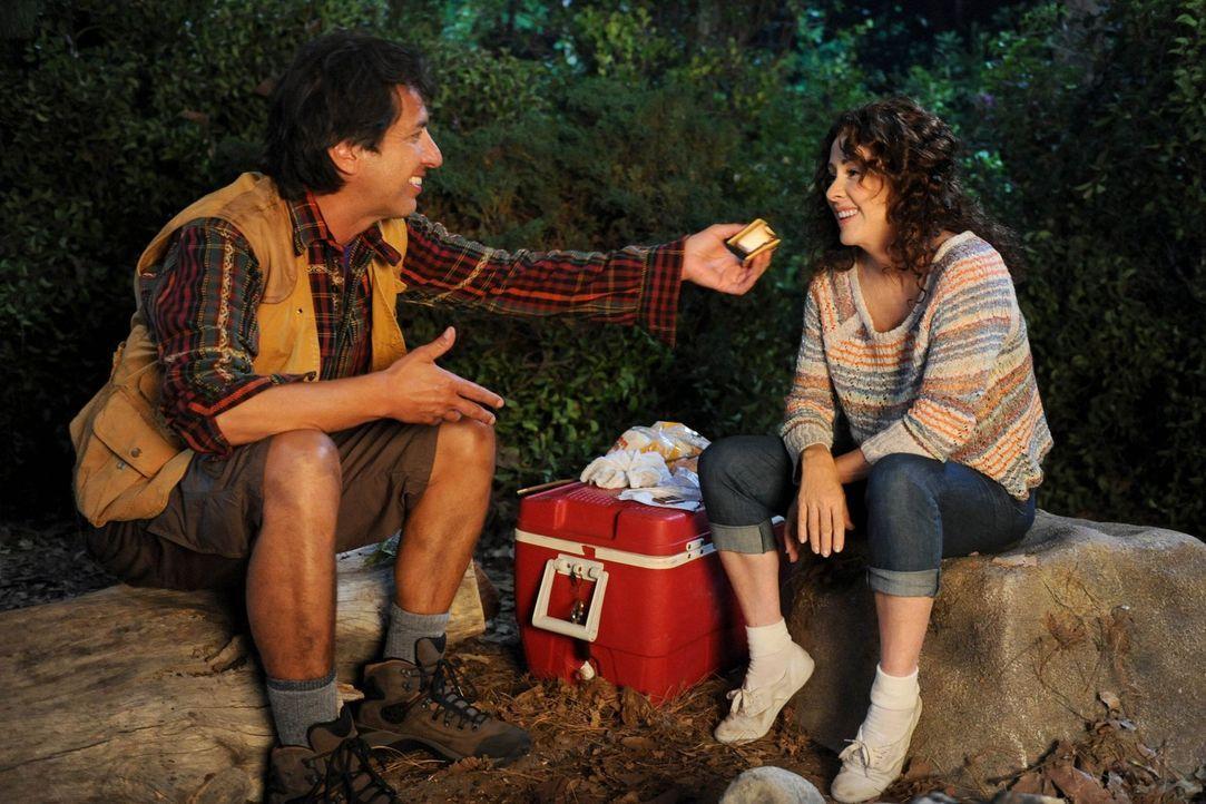 Während Frankie (Patricia Heaton, r.) und Mike mit ihren Kindern eine Campingtour machen, kommen bei den beiden Erinnerungen an ihre verkorksten Fli... - Bildquelle: Warner Brothers