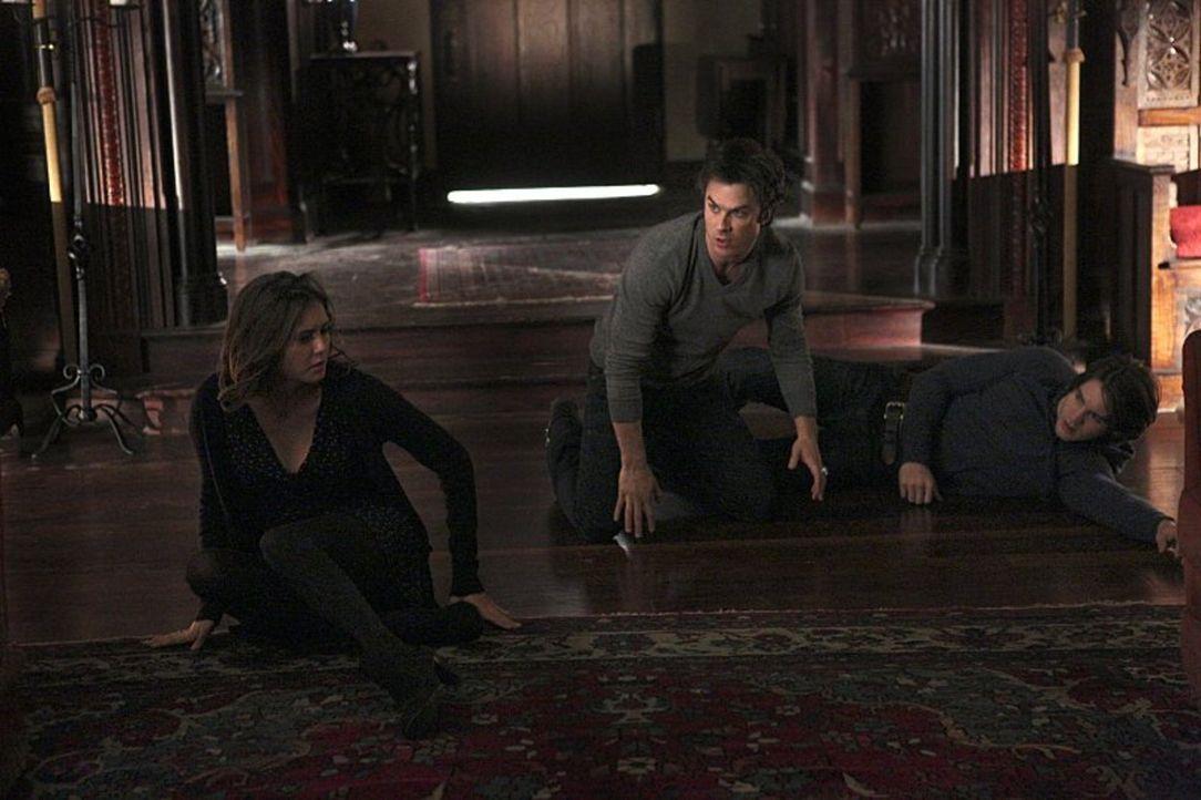Als Elena (Nina Dobrev, l.), Damon (Ian Somerhalder, M.) und Jeremy (Steven R. McQueen, r.) versuchen Bonnie mit Hilfe des Aszendenten eine Geburtst... - Bildquelle: Warner Bros. Entertainment, Inc